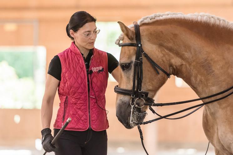 Anja Beran geht mit Schülern und Pferden gleichermaßen sensibel und achtsam um – davon konnte man sich auch beim Kurs in Lochen überzeugen.